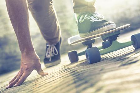 通りをスケート ボードに乗ってのスケートボーダー 写真素材