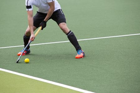 hockey sobre cesped: El campo jugador de hockey, listo para pasar el bal�n a un compa�ero de equipo