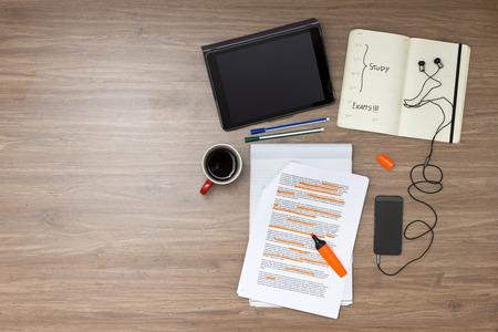 Examen semaine fond, avec diverses études et educted articles connexes, comme un lecteur en surbrillance à la norme (lorum ipsum) texte, une tasse de café, tablettes électroniques, lecteur de musique et des bouchons d'oreille, et un calendrier avec la date d'examen marquée Banque d'images
