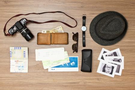 Fond de Voyage international avec un rétro ou touche vintage. Articles comprennent une vieille caméra photo, passeport, portefeuille avec monnaie étrangère, billet d'avion, chapeau, lunettes de soleil et un couple de photos en noir et blanc