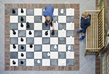 Deux enfants jouant à un jeu d'échecs en plein air, vu de dessus Banque d'images - 41411276