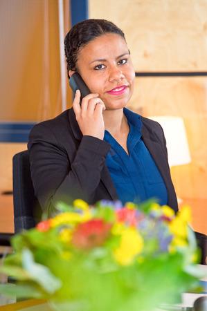 recepcionista: Recepcionista joven de una gran toma de Cooperación pide a un teléfono
