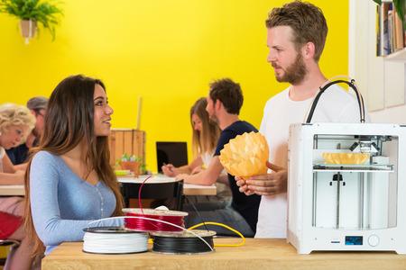 Les concepteurs 3D Creative discuter sur le produit au comptoir dans le studio d'impression Banque d'images