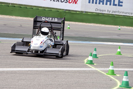 HOCKENHEIM, GERMANY - AUGUST 1, 2015: The electronic raçe car DUT15 of Formula Student Team Delft during the autocross event at the Hockenheim ring in Germany Imagens - 43511876