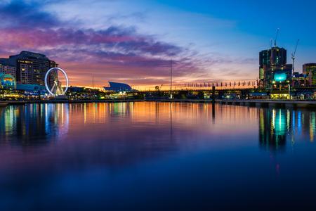 Darling Harbour à Sydney, un soir d'hiver, avec les immeubles de grande hauteur en cours de construction, et le casino et parc d'attractions sur la rive gauche