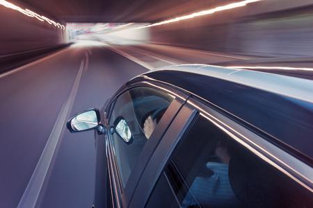 conduciendo: Autom�viles de turismo, visto desde el lado de la cubierta, conducir en el carril central de una autopista, la conducci�n a trav�s de un t�nel