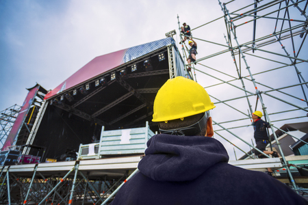 équipe de construction jusqu'à la scène de la musique pour un festival, avec des équipements de protection individuelle