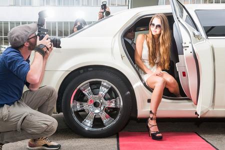 Vrouwelijke Celebrity Stellen In Limousine Voor Paparazzi op rood tapijt