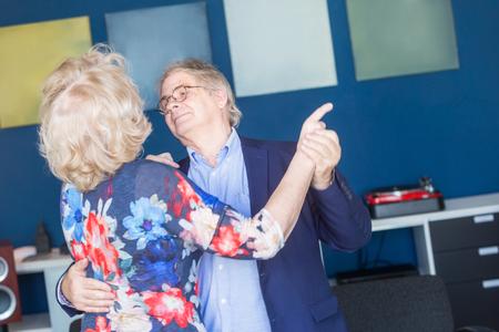 Ein älteres Paar tanzen einige klassische Musik