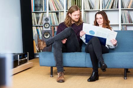 ein Paar, das eine Vinyl aus dem Deckel nimmt auf der Drehscheibe zu spielen