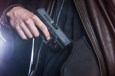 Polizist greift nach seiner Waffe in seinem Seitholster