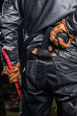 Einbrecher Holding Crowbar Und Pistole Nachts Standard-Bild
