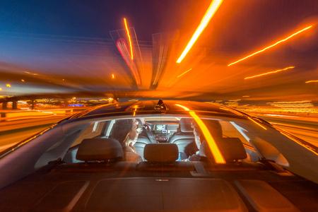 Verschwommene Bewegung der professionellen Taxifahrer reiten Paar auf Brücke in der Nacht Standard-Bild