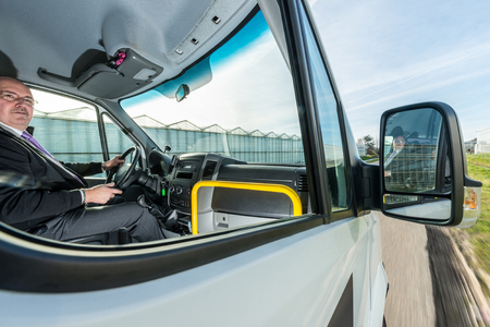 Professionelle Taxifahrer Wegschauen beim Fahren Taxi auf der Straße