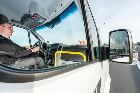 Seitenansicht der professionellen männlichen Taxifahrer fahren Taxi auf der Autobahn