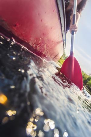 Low angle view eines Kanu Paddel im Wasser an einem sonnigen Tag während eines aktiven Urlaubs