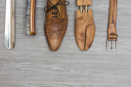 shoe products and a matching belt on a wooden background, topview Standard-Bild