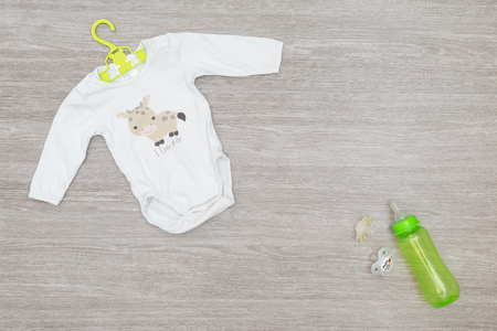 Newborn babyshower kit gift for your pregnant friend, on a wooden background top view Zdjęcie Seryjne