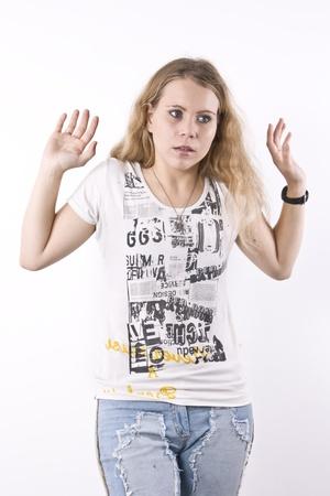 elegante: Chica rubia seria con los brazos levantados
