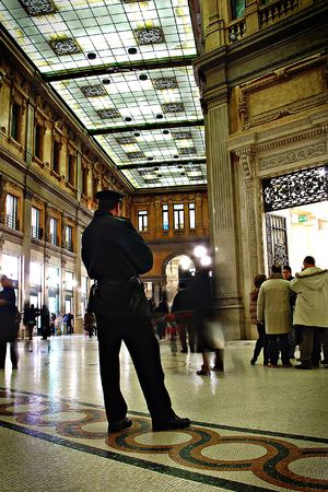 Un homme de police dans un centre commercial Banque d'images