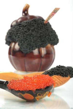 adn: olla con caviar y dos cucharas en la mesa