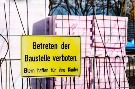 Prohibition sign on a fence in front of a construction site (text in German) Stockfoto - 133485590