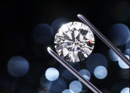 diamante: Diamantes de lujo en pinzas portarretrato con fondo oscuro