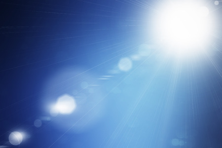 Stralende zomerzon flare op blauwe hemel achtergrond Stockfoto - 45138306