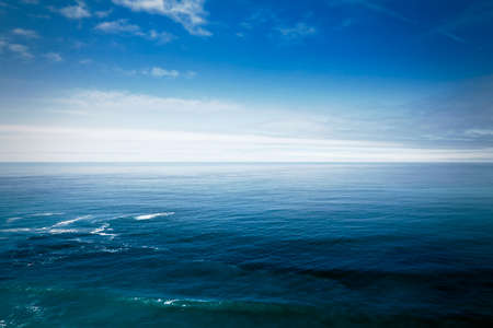 Blue Ocean Waves Background With Few Clouds Nn The Sky. California Coast. Blue Sky Color Stockfoto