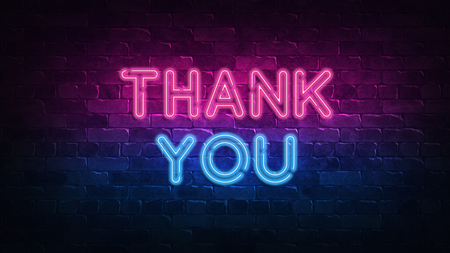 Grazie! insegna al neon. bagliore viola e blu. testo al neon. Muro di mattoni illuminato da lampade al neon. Illuminazione notturna a parete. illustrazione 3D. Design alla moda. banner luminoso, pubblicità luminosa