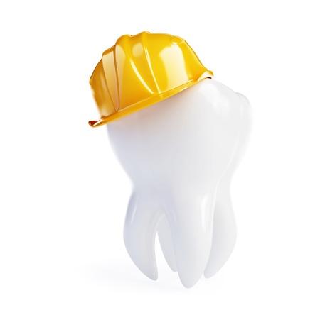 dolor de muelas: diente en un casco de trabajo sobre un fondo blanco