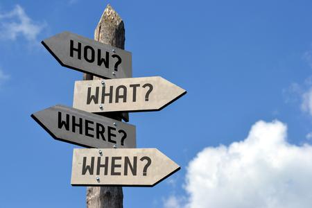 나무 표지판 - 어떻게?, 무엇?, 언제?, 언제?