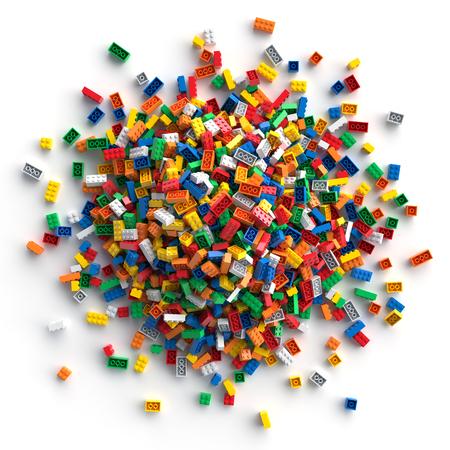Stapel van gekleurde stuk speelgoed bakstenen die op witte achtergrond worden geïsoleerd