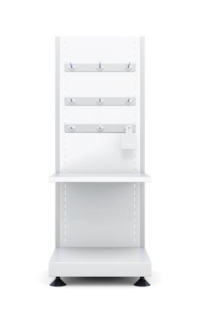 Stehen Sie mit Regalen und Haken für die Waren auf einem weißen Hintergrund. Vorderansicht. 3D-Rendering. Standard-Bild