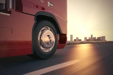 Grand camion de livraison se d�place rapidement sur la route pendant le coucher du soleil