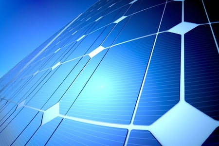 Ensoleill� panneau solaire bleu brillant refl�tant la lumi�re du soleil, gros plan