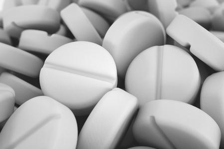 Pile de pilules blanches rondes.