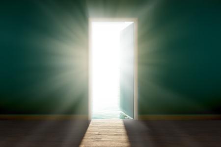 abrir puerta: Vista del sol brillante, cegadora, visto a trav�s de una puerta abierta.