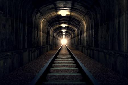 tunel: Un túnel de ferrocarril con una luz al final.