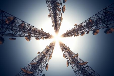 Cinq grands tours de t�l�communication avec des antennes sur le ciel bleu. Vue depuis le bas.