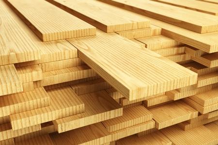 Velký zásobník na dřevěných prken.