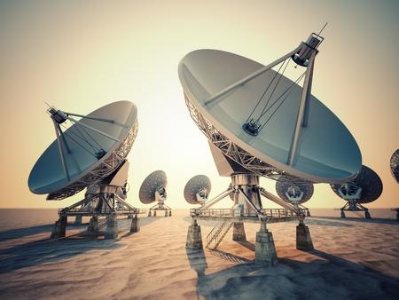Satelitní anténa pole při východu slunce. Reklamní fotografie