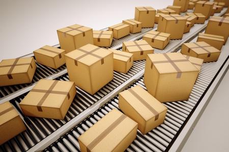 cinta transportadora: Los paquetes se est�n clasificando en la cinta transportadora. Foto de archivo