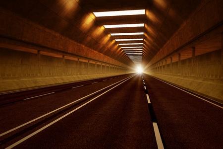 Rijden door een donkere auto tunnel. Gedempte verlichting met oranje tint. Kan vertegenwoordigen reizen, snelheid, vervoer of stedelijke communicatie.