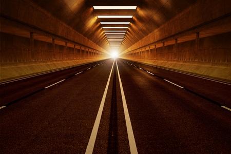 Fahren durch einen dunklen Tunnel Auto. Gedämpftes Licht mit orange Tönung. Blick aus dem Inneren. Möge Fahrt, Geschwindigkeit, Transport oder urbaner Kommunikation darstellen. Standard-Bild - 20038664