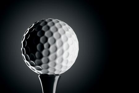 단일 흰색 골프 공에 근접 촬영은 어두운 배경에 고립입니다.
