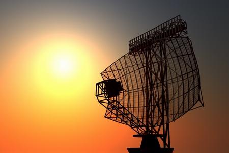 Een luchthaven surveillance radar zwarte silhuette op een instelling hemel achtergrond. Stockfoto