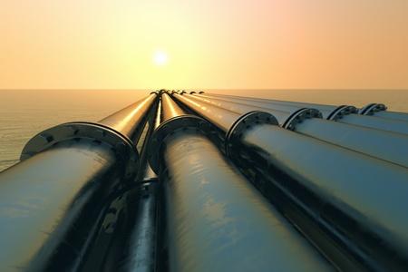 transporte: Los tubos que se ejecutan en la direcci�n del sol poniente. Transporte Pipeline es la forma m�s com�n de transporte de mercanc�as, tales como petr�leo, gas natural o agua en largas distancias. Foto de archivo