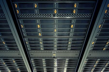 Pohled zespodu na datových serverech při práci. Modrá LED světla blikají. Image může představovat cloud computing, ukládání informací, atd, nebo mohou být dokonalé technologie pozadí.