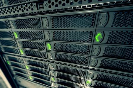 Close-up op data servers tijdens het werken. Groene LED-lampjes knipperen. Afbeelding kan cloud computing, opslag, etc. vertegenwoordigen of kan de perfecte technische achtergrond zijn.